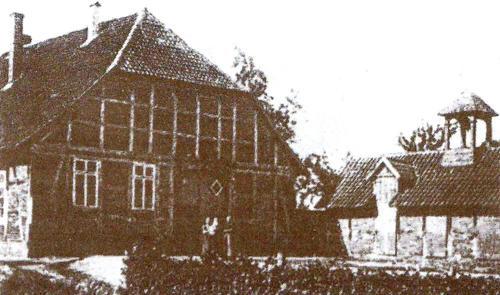 Gliem - Alte Schule und Anbau mit Dachreiter für die Ortglocke
